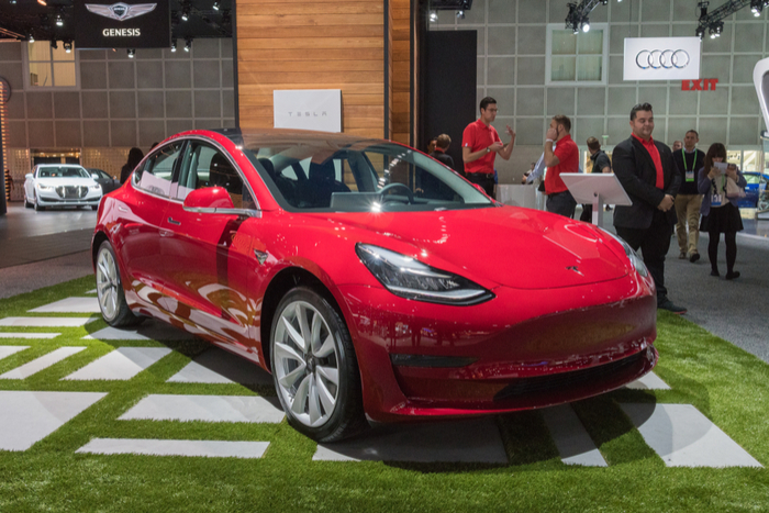 Tesla to shut all of its physical store to drop price of Model 3 to $35,000
